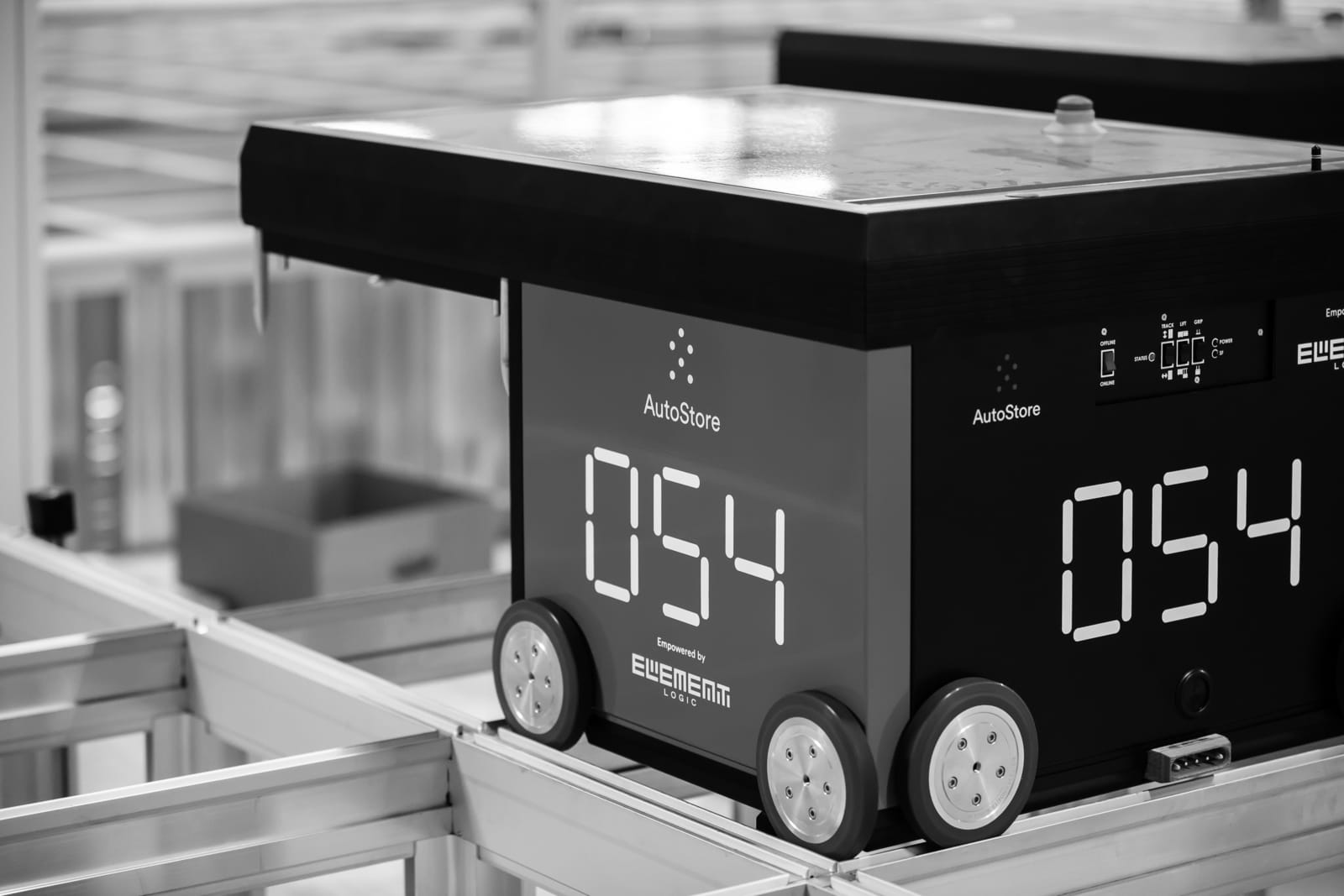 Red Line AutoStore-robot fotografert sort-hvitt.