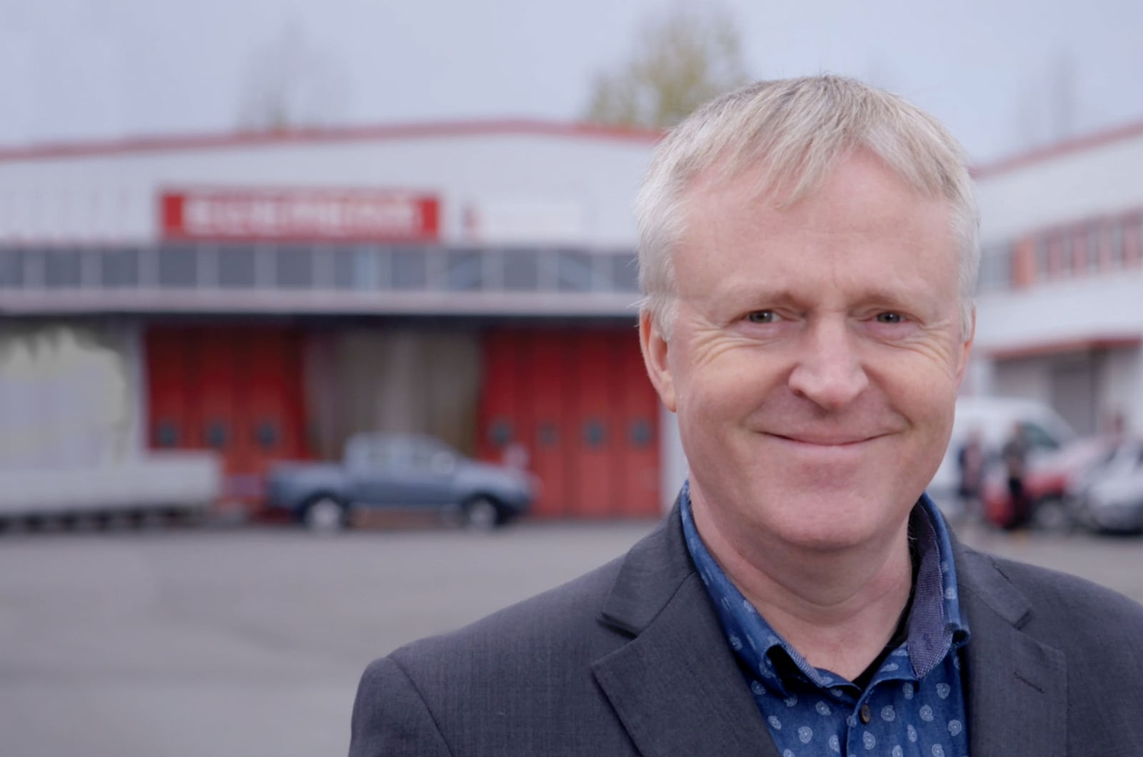 Daglig leder i Element Logic, Dag Adler Blakseth smiler foran kontoret på Kløfta.